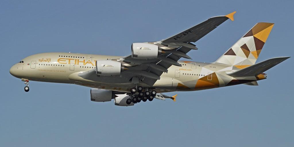 Посадка огромного самолёта Airbus A380 в шторм