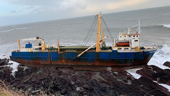 Огромный «корабль-призрак» прибило к берегам Ирландии