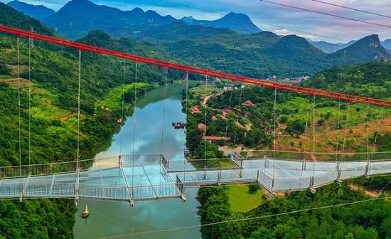 Китай открыл мост со стеклянным дном — самый страшный и самый длинный в мире