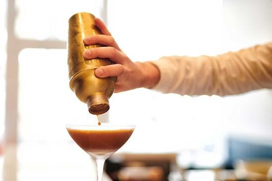 В Лондоне английская кофейня предлагает посетителям новый напиток с шокирующей ценой — 50 £ одна порция