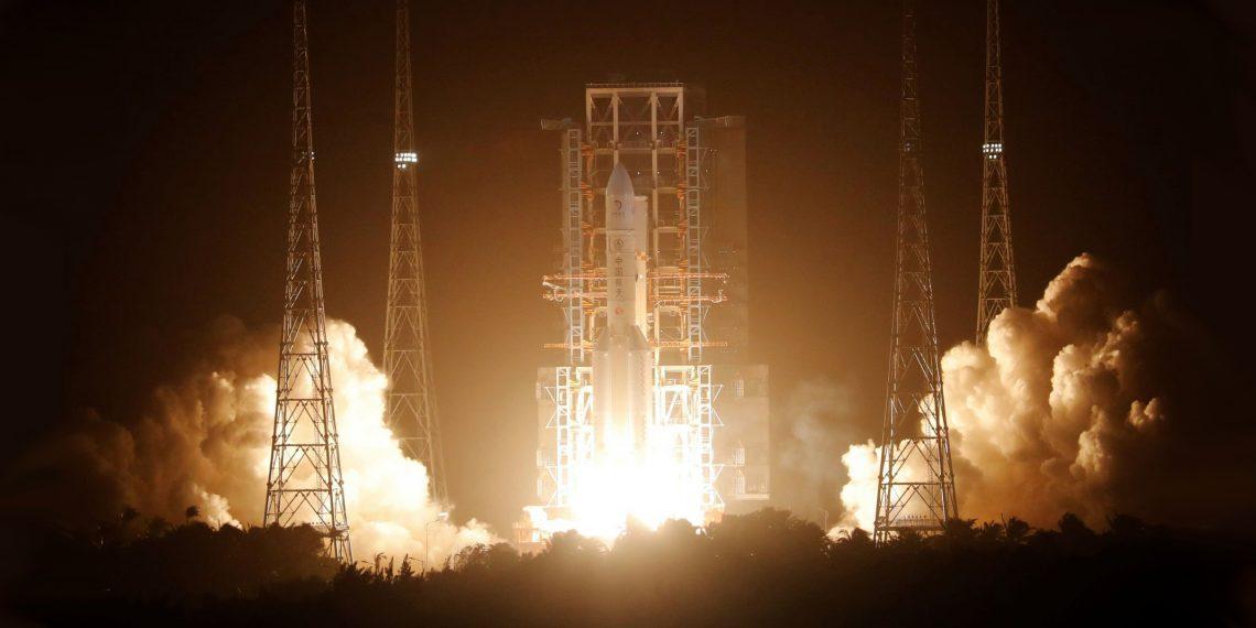 Китай впервые запустил возвращаемый зонд на Луну