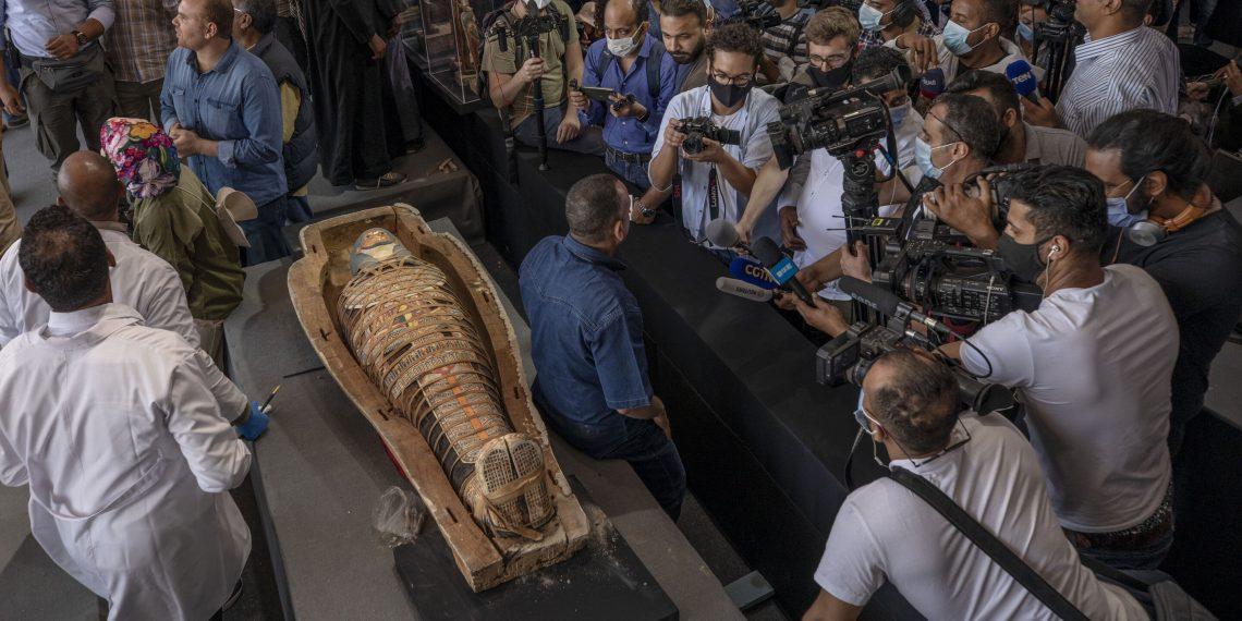 В Египте обнаружили 100 древних саркофагов с мумиями