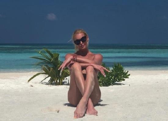 На пляже в Мальдивах Волочкова дефилирует в пикантном бикини и упражняется в шпагате