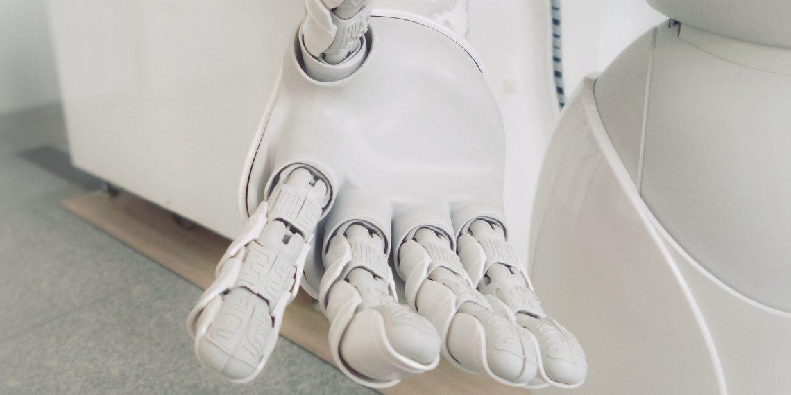 В японском магазине робот заставляет носить маски