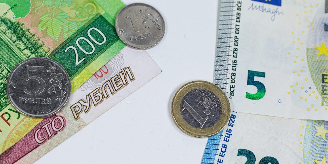Курс евро превысил 93 рубля. Как отреагировали в Сети