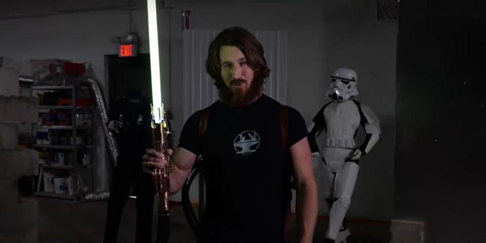 Видео дня: световой меч с выдвижным лезвием