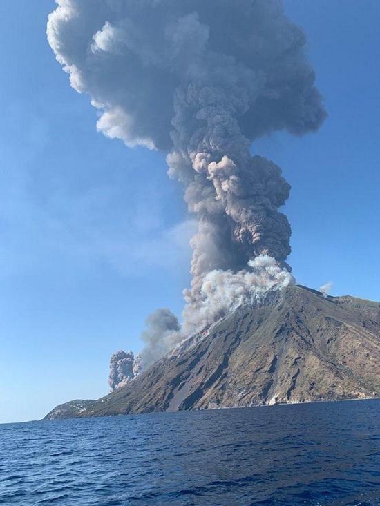 Вулканический пепел накрыл Стромболи в Италии