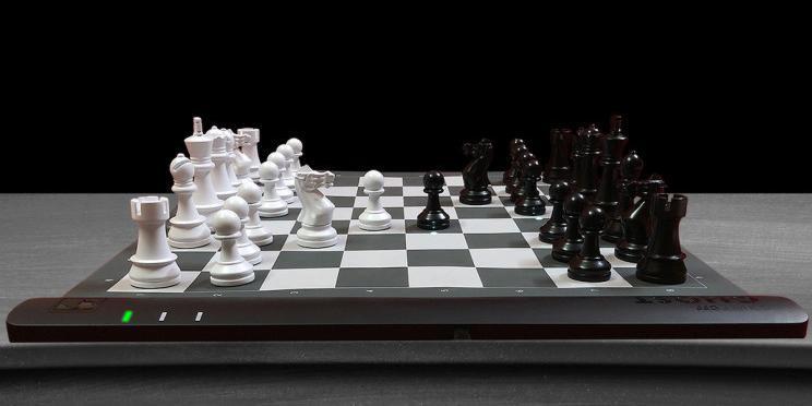 Штука дня: умная шахматная доска Square Off Ghost