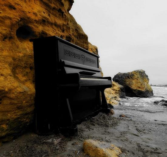 В Одессе установили пианино прямо на пляже