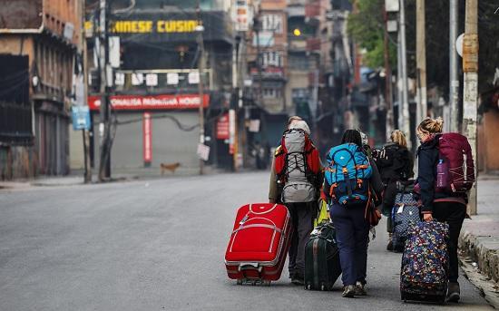 Российские туристы срочно покидают Непал