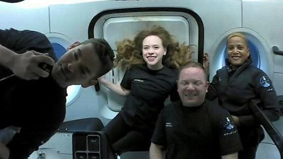 Космические туристы в капсуле приземлились на землю